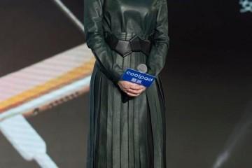 李小冉因剪了短发翻车穿墨绿色皮裙太显老总算信她43岁了