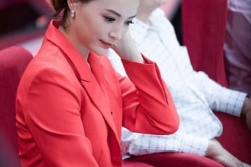 董卿身穿赤色西装外套现活动妆容浓艳卷发尊贵45岁元气满满